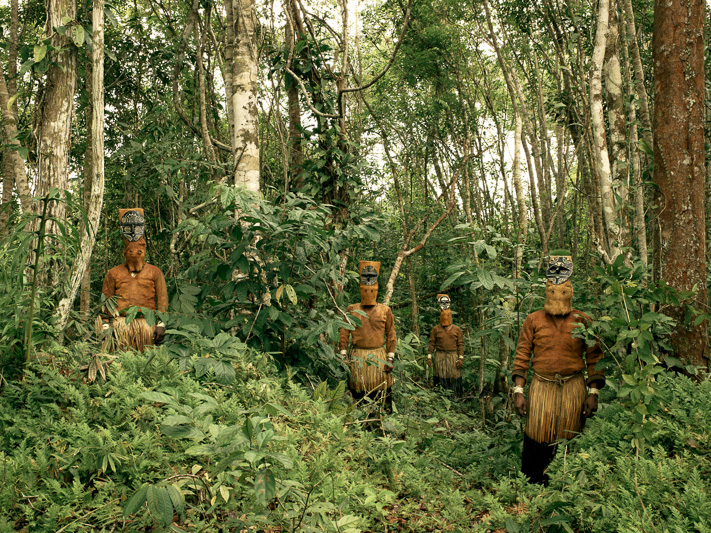 Anthropologist Wade Davis journeys to the Pira Paraná to meet the remote and forgotten tribes of the Vaupes.