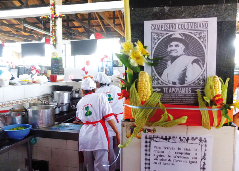 The cooks of La Perseverancia work in open spaces.