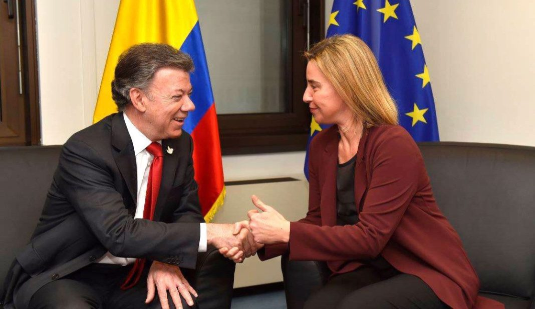 Juan Manuel Santos and Federica Mogherini before signing agreement for visa-free travel