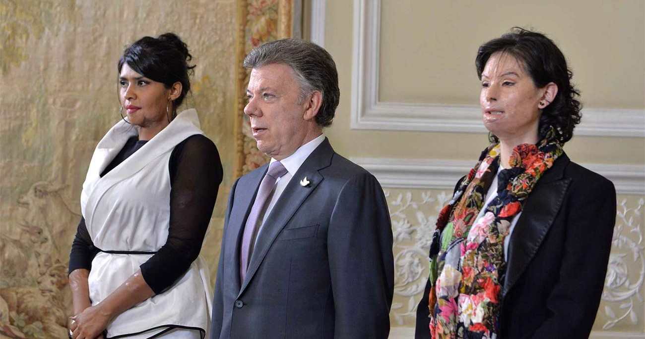 Natalia Ponce stands with Colombia's President Juan Manuel Santos