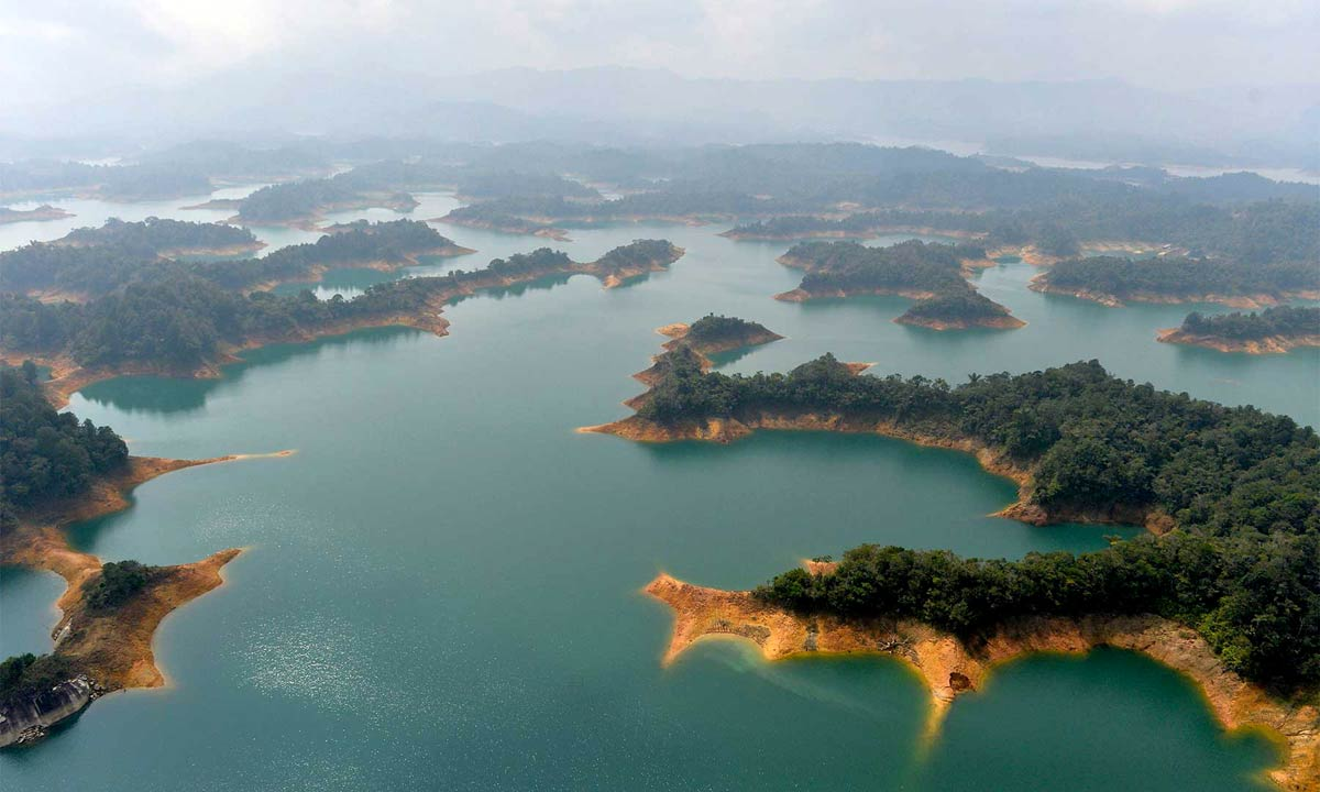 Low water levels near the Guatape hydroelectric plan