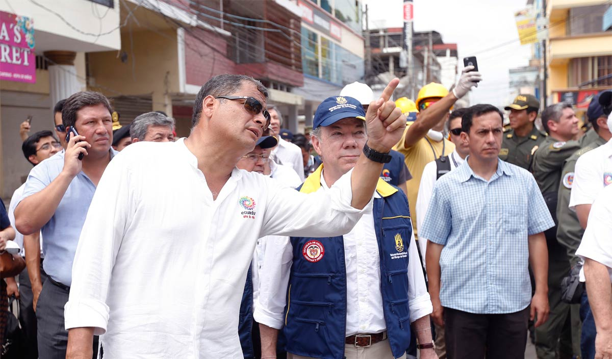 Presidents Rafael Correa and Juan Manuel Santos inspect damage caused by an earthquake in Ecuador