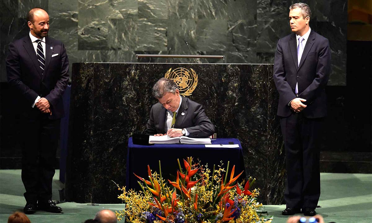 President Santos signs the Paris Climate Accord