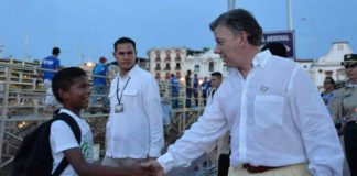 President Juan Manuel Santos walks the streets of Cartagena. (Photo courtesy Presidencia de la Republica)