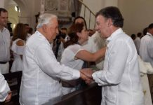 President Juan Manuel Santos greets former President Belisario Betancur during a church service on Monday. (Courtesy Presidencia de la Republica)