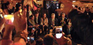 President Santos speaks to those gathered at a peace demonstration in Bogotá's Plaza Bolívar. (Photo by Presidencia de la República)