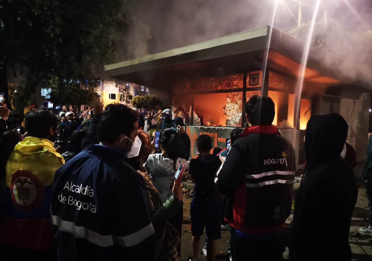 Vandals attempt to burn 15 police officers trapped in Bogotá riots | The City Paper Bogotá